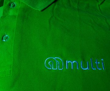camiseta-polo-com-logo-bordado